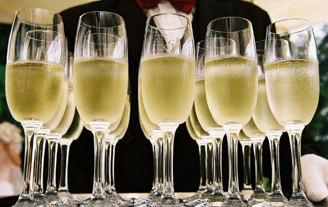 Napoli, carabinieri sequestrano 100 bottiglie di champagne e sei mila confezioni di prodotti dolciari