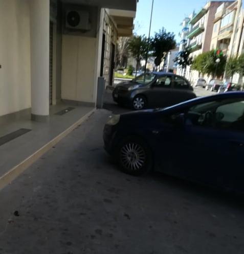 """Casoria e i suoi parcheggi """"selvaggi"""". In via Duca D'Aosta auto sui marciapiedi, monta la protesta dei residenti"""