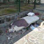 Degrado e rifiuti davanti alla stazione di Casoria