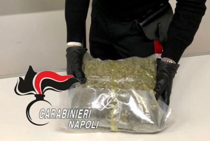 Napoli, 27enne arrestato dai carabinieri:rinvenuti 860 grammi di marijuana nello zaino