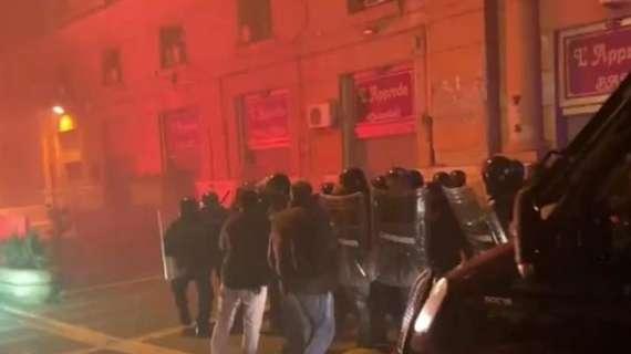 La protesta degenera in guerriglia a Napoli. Pestati un giornalista e un dirigente statale