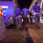 Erano in 150 ad una festa e aggredirono gli agenti: arrivano i provvedimenti