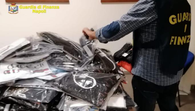 Abbigliamento contraffatto: scoperti dalla Guardia di Finanza due depositi a Giugliano e Casandrino, oltre 13.800 capi sequestrati