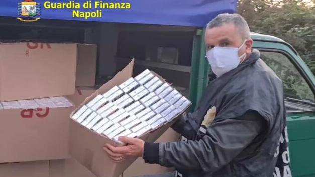 Acerra. Trasportava sul furgone tre quintali di sigarette, l'uomo percepiva anche reddito di cittadinanza: arrestato 40enne