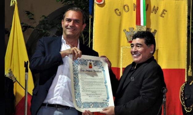 """Il sindaco di Napoli: """"Maradona ha riscattato Napoli con la sua genialità"""""""