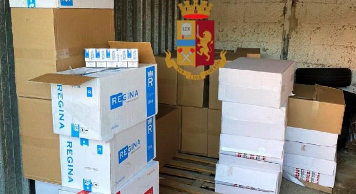 Napoli, due fratelli arrestati per contrabbando, in un garage la polizia ha trovato oltre 300 chili di sigarette