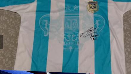 Maradona, i cimeli dell'argentino valgono oro: una maglia autografata in vendita a 20mila euro
