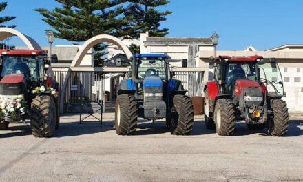 Allevatore bufalino muore di Covid: al passaggio del feretro una fila di trattori