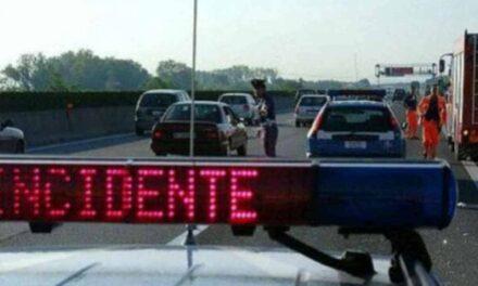 Napoli, Tir invade la carreggiata sull'A1: due feriti