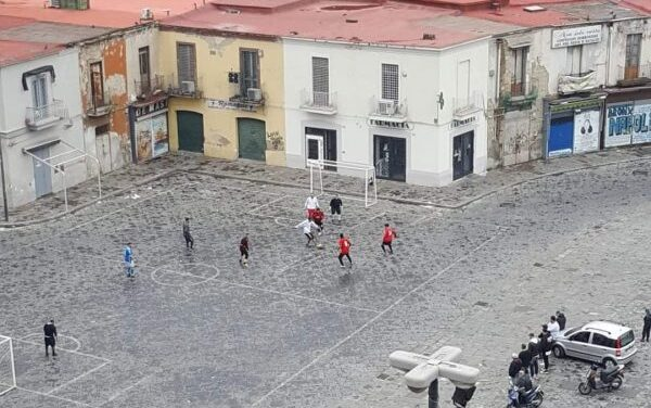 Carabinieri intervengono in Piazza Mercato per bloccare la partita di calcetto