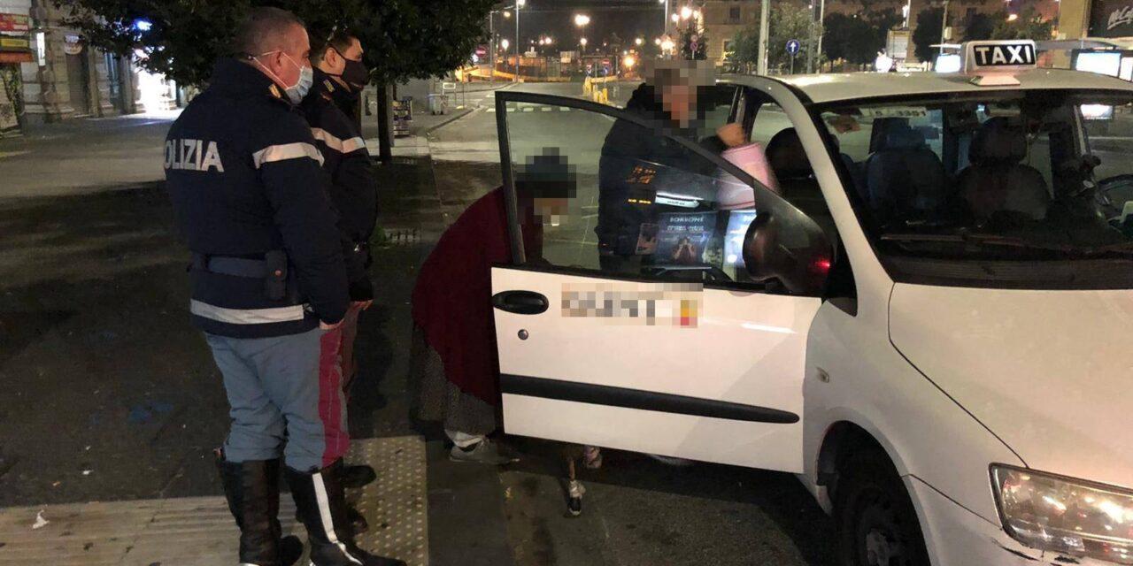 Nonnina della provincia di Napoli perde l'autobus, i poliziotti le pagano il taxi per tornare a casa