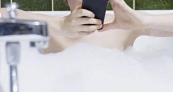 Lascia lo smartphone in carica mentre fa il bagno nella vasca: morta 24enne