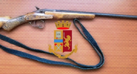 Napoli, trovato dalla polizia un fucile con matricola abrasa: arrestato 21enne