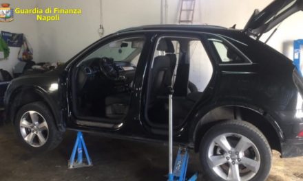 Operazione della Guardia di finanza a Poggiomarino: scoperto un deposito di auto rubate, denunciati tre responsabili