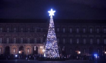 """NAPOLI ha il suo """"albero di Natale"""". Inaugurato a Piazza Plebiscito"""