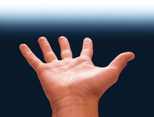 NAPOLI. L' equipe medica gli ricostruisce la mano in un intervento lunghissimo