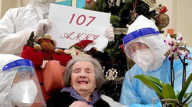 Nonnina italiana sconfigge il virus a 107 anni e festeggia il suo compleanno