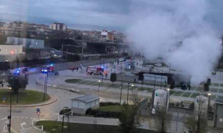 Forte esplosione nel parcheggio dell'Ospedale del Mare, si apre una voragine: inghiottite auto