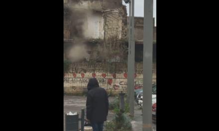 Crolla una vecchia palazzina ad Afragola: vigili del fuoco sul posto