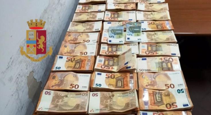 Castellammare di Stabia. Coppia di coniugi nasconde oltre 60mila euro in banconote di vario taglio: denunciati dalla polizia