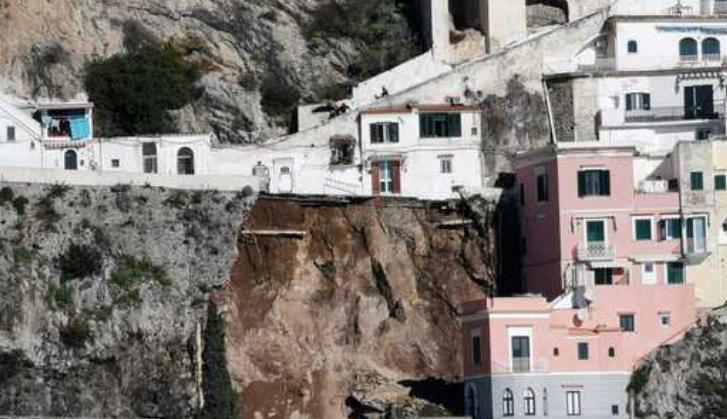 Paura ad Amalfi. Una frana ha investito la statale: sul posto i vigili del fuoco