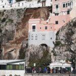 Paura sul lungomare di Amalfi. Si scava tra le macerie per cercare vittime