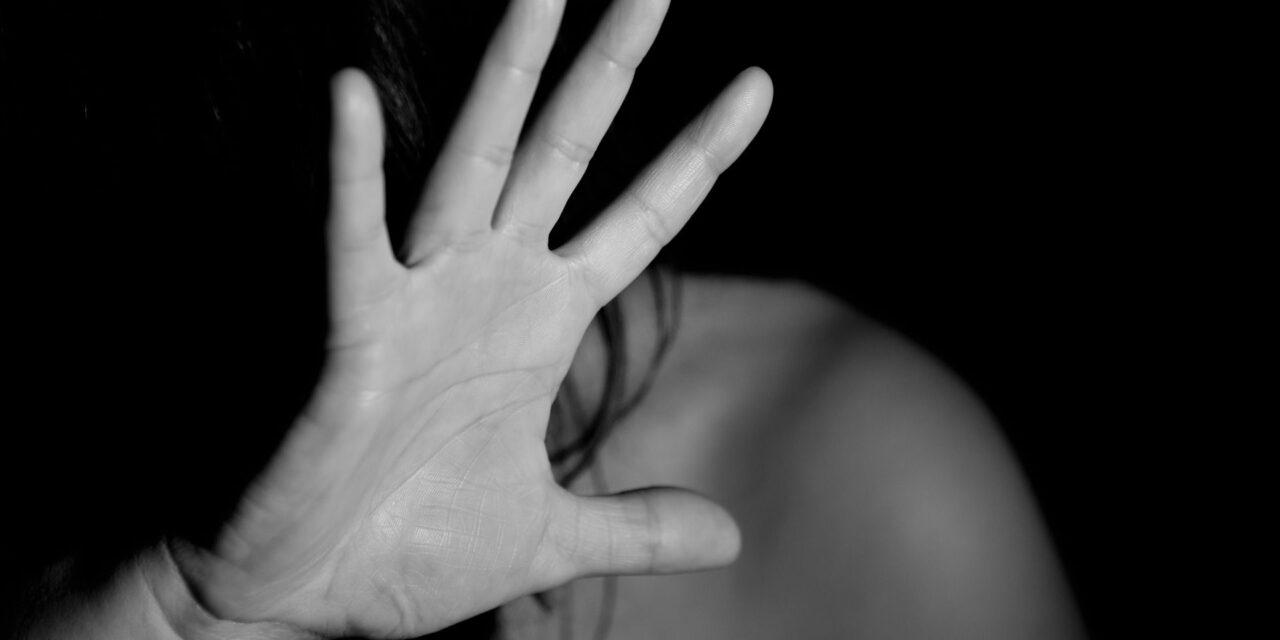 Tenta di soffocare la moglie, 40enne arrestato dai carabinieri a Napoli