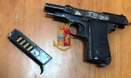 Napoli, sequestrata dalla polizia nell'intercapedine di un muro una pistola con sei cartucce