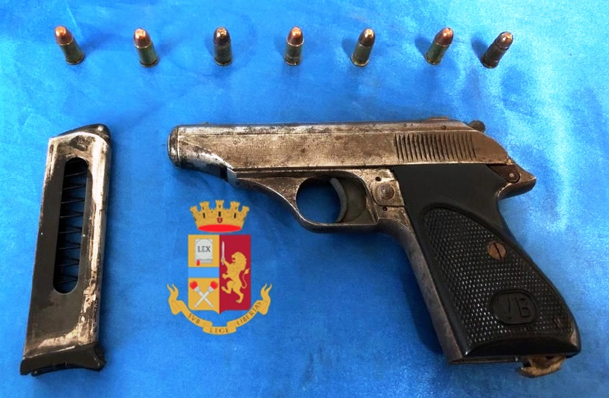 Fugge alla vista degli uomini della polizia: bloccato 26enne, aveva una busta con pistola e cartucce