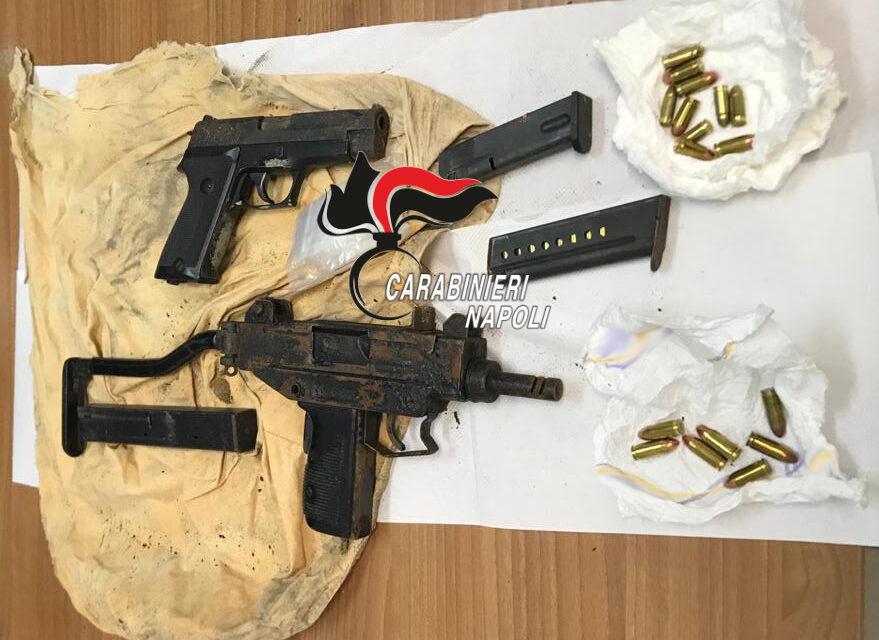 Mitra e pistola nascosti in un muro: la scoperta dei carabinieri a Napoli