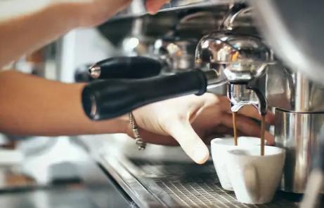 Scoperte a Pozzuoli 7 persone intente a consumare all'interno di un bar: tutti sanzionati