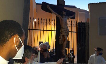 """Afragola. Inaugurato a Santa Maria d'Ajello il nuovo Crocifisso del maestro Domenico Sepe. Il Parroco padre Raffaele Baia: """"Simbolo della rinascita del nostro quartiere bisognoso di tante attenzioni"""""""