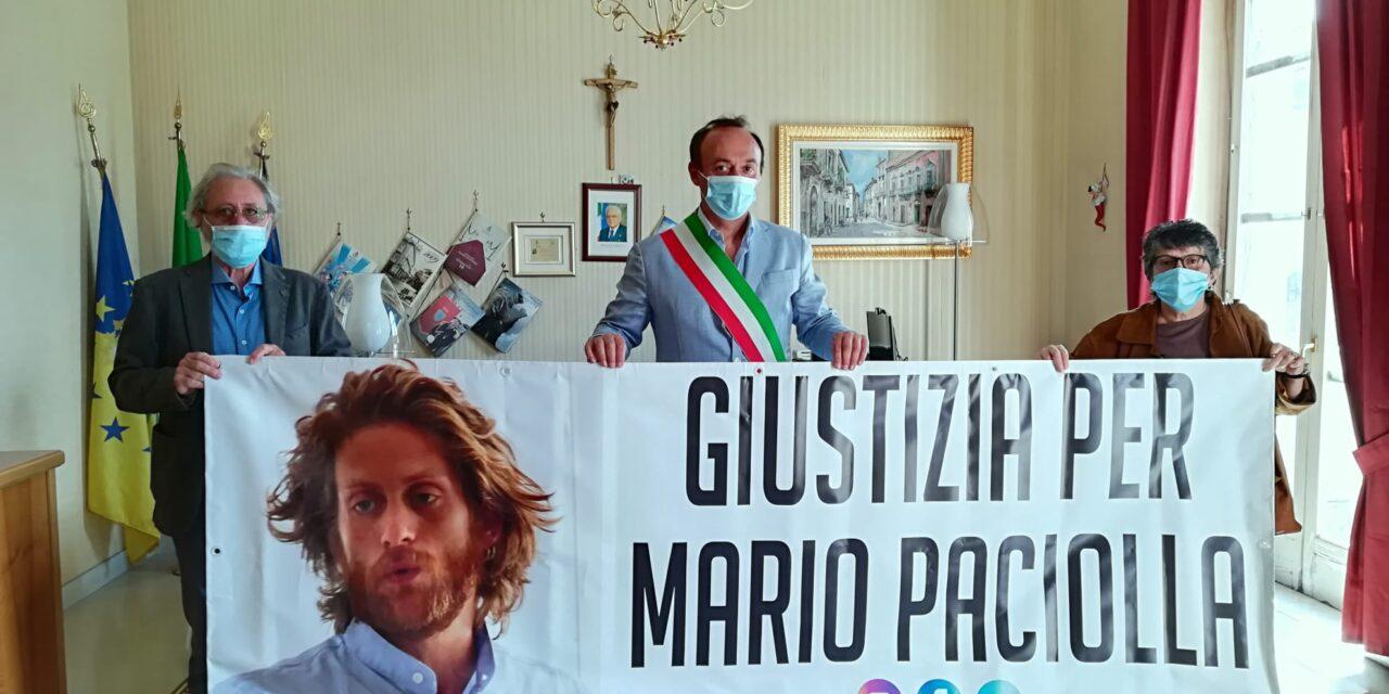 """Striscione per Mario Paciolla a Cardito. Il sindaco Cirillo ai genitori: """"Non siete soli"""""""