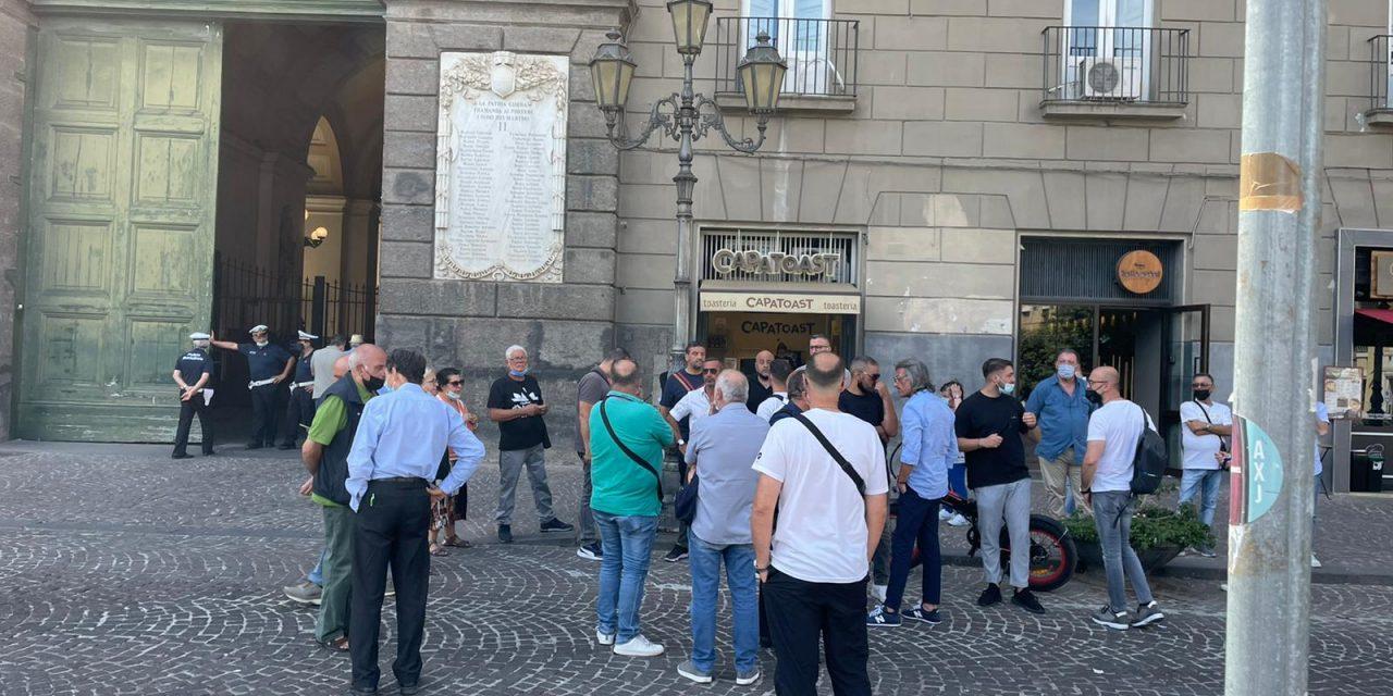 In piazza i lavoratori delle Arciconfraternite contro il Comune