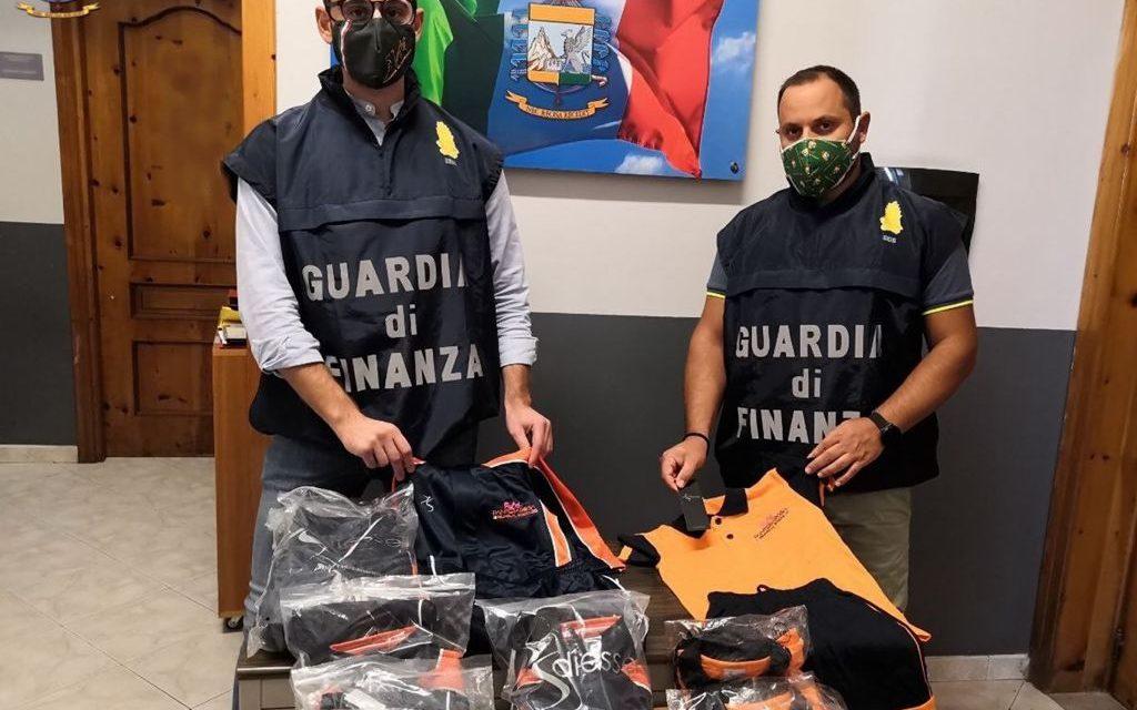 """Operazione della Guardia di Finanza. Scoperte due """"fabbriche del falso"""" e sequestrati 6.000 articoli contraffatti: 4 persone denunciate"""